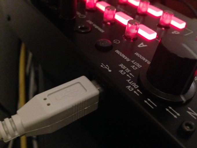 iPhoneのACアダプタで動くKORG SQ-1